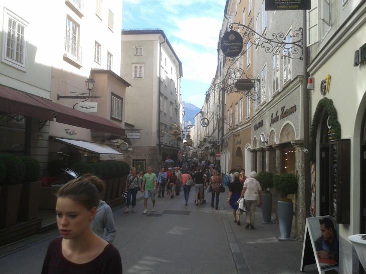 Die Getreidegasse in Salzburg.
