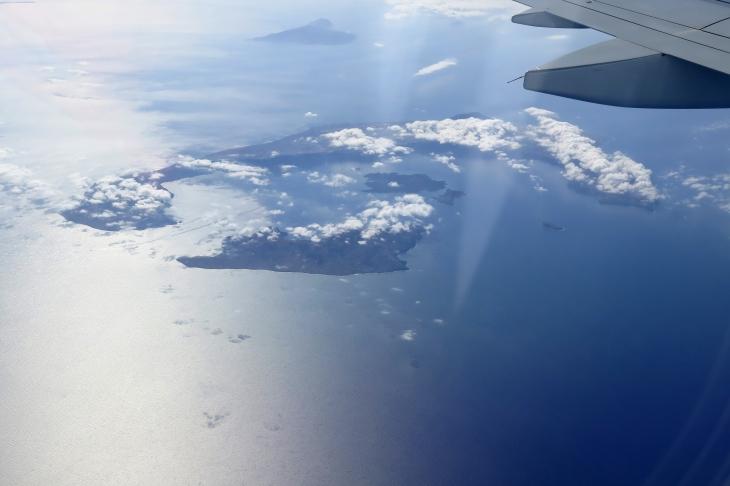 Wir überfliegen Santorini.