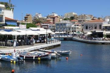 Der Hafen und viele Cafes in Agios Nikolaos.