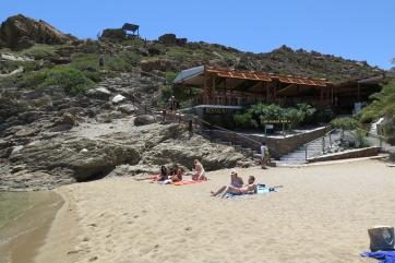 Der Strand von Vai, im Hintergrund ein Restaurant mit Aussichtspunkt.