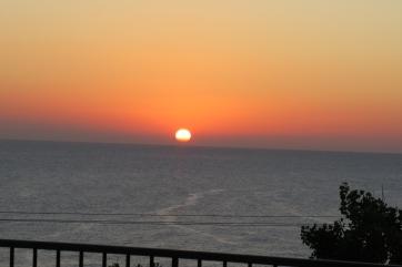 Frühmorgens Start vom Hotel auf Kreta zum Tagesausflug mit der Schnellfähre nach Santorini.