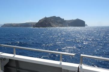 Die Einfahrt in die Caldera von Santorini.