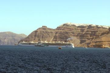Vor dem Anlegen der Fähre - die Kreuzfahrtschiffe sind schon da!