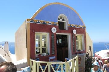 Wanderung von der Stadt Oia (im Norden) zur Inselhauptstadt Fira, immer am Steilhang zur Caldera entlang: Ein kleines Cafe.