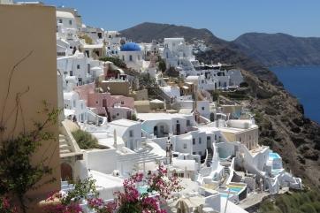Wanderung von der Stadt Oia (im Norden) zur Inselhauptstadt Fira, immer am Steilhang zur Caldera entlang: In den Fels gebaut.