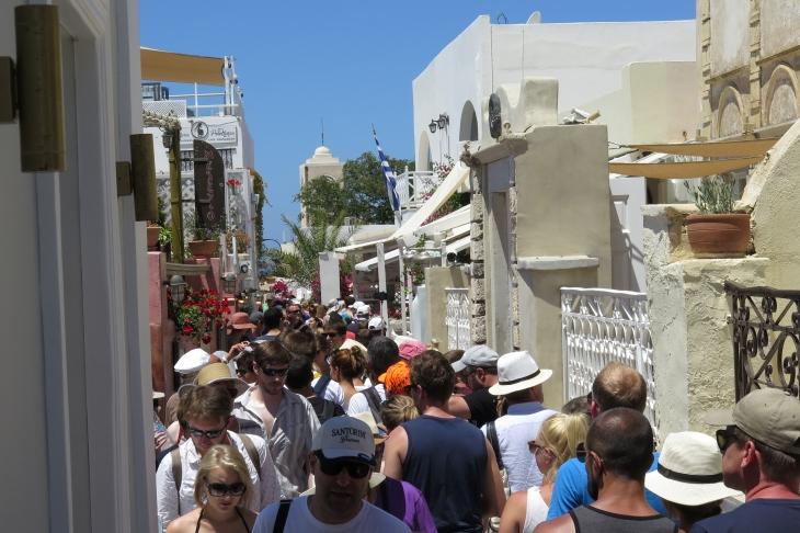 Wanderung von der Stadt Oia (im Norden) zur Inselhauptstadt Fira, immer am Steilhang zur Caldera entlang: Eng war's in der Stadt, meist sind es Kreuzfahrer.