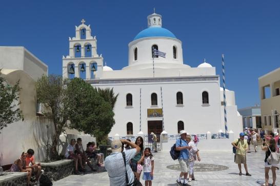 Wanderung von der Stadt Oia (im Norden) zur Inselhauptstadt Fira, immer am Steilhang zur Caldera entlang: Eine griechische Kirche.