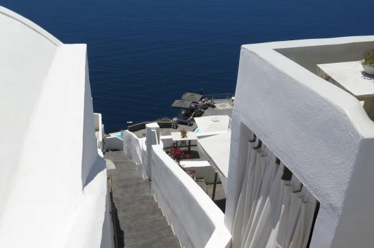 Wanderung von der Stadt Oia (im Norden) zur Inselhauptstadt Fira, immer am Steilhang zur Caldera entlang: Steil ging es hinab zu den vielen Quartieren.