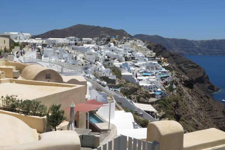 Wanderung von der Stadt Oia (im Norden) zur Inselhauptstadt Fira, immer am Steilhang zur Caldera entlang: Die Stadt am Kraterrand.