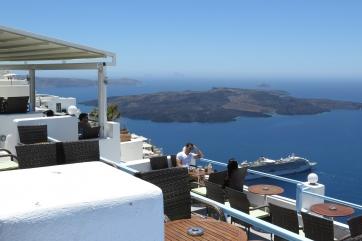 Wanderung von der Stadt Oia (im Norden) zur Inselhauptstadt Fira, immer am Steilhang zur Caldera entlang: Ein kleines Cafe mit dem neuen Vulkankegel, der ständig größer wird.
