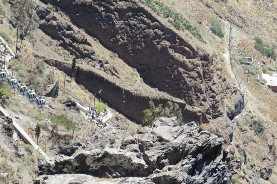 Wanderung von der Stadt Oia (im Norden) zur Inselhauptstadt Fira, immer am Steilhang zur Caldera entlang: Mit dieser Seilbahn kommen Kreuzfahrer nach Fira (ca. 260 m über Meeresspiegel). Weitere Möglichkeiten: Auf dem Rücken von Eseln oder zu Fuß (ca. 500 Stufen).