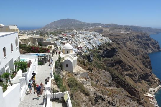 Wanderung von der Stadt Oia (im Norden) zur Inselhauptstadt Fira, immer am Steilhang zur Caldera entlang: Fira am Kraterrand.