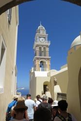 Wanderung von der Stadt Oia (im Norden) zur Inselhauptstadt Fira, immer am Steilhang zur Caldera entlang: Eine Kirche an einer engen Gasse.
