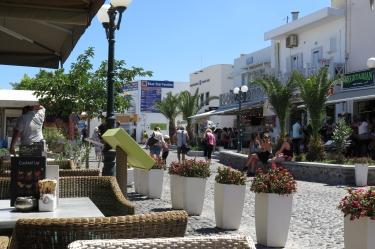 Wanderung von der Stadt Oia (im Norden) zur Inselhauptstadt Fira, immer am Steilhang zur Caldera entlang: In Fira saßen viele Urlauber in Cafes.