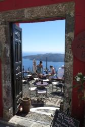 Wanderung von der Stadt Oia (im Norden) zur Inselhauptstadt Fira, immer am Steilhang zur Caldera entlang: Eine Cocktailbar lädt ein mit Blick zum Krater.