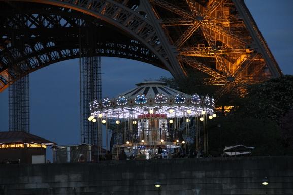 Der große Eiffelturm und das kleine Karussell