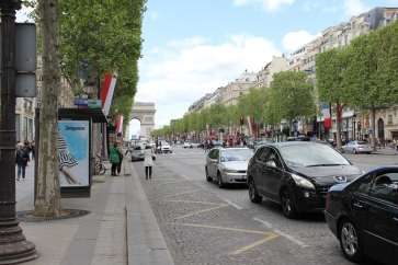 Die Champs-Elysees - Blick in Richtung Triumphbogen