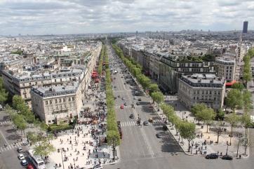 Auf dem Triumphbogen: Der Champs-Elysees