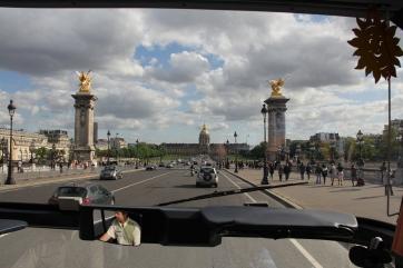 Die Fahrt über die Seine-Brücke Pont Alexandre III