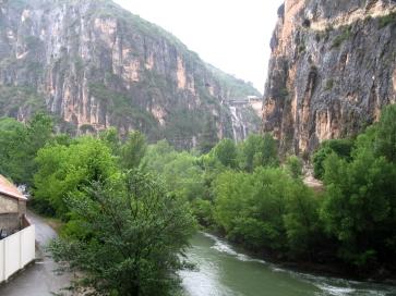 Sperrmauer einer Talsperre in den Pyrenäen