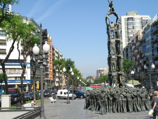 Ein Denkmal als Personenpyramide in Tarragona