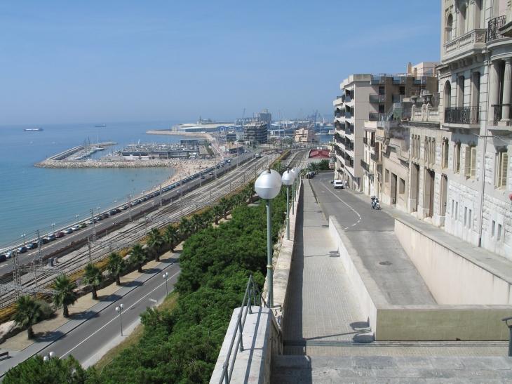 Die Stadt Tarragona mit Hafen und Bahnhof