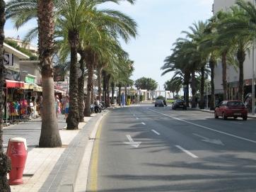 In der Stadt Salou, auf dem Weg zum Strand