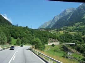 Eine Hochstraße in der Schweiz.
