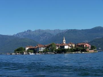 Die Insel Pescatori mit Blick auf die Alpen.
