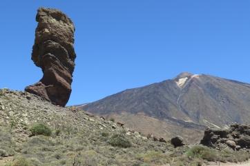 Die Felsformation El Roque mit dem Teide im Hintergrund.
