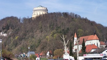 Im Hintergrund die Befreiungshalle von Kelheim.