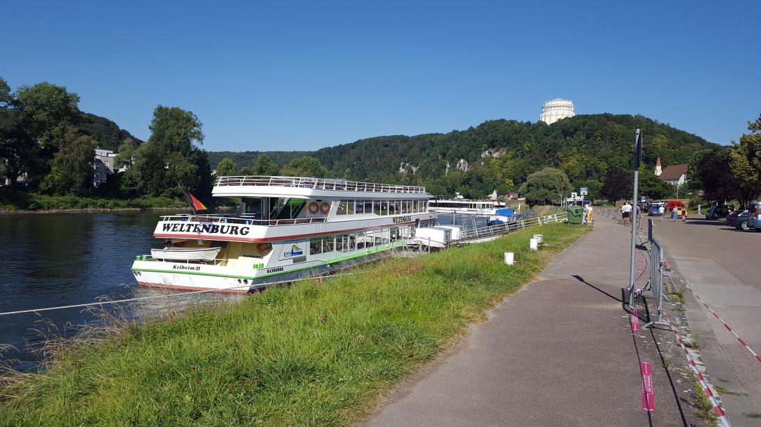 Der Ort Kelheim im Altmühltal. Auf dem Weg zum Schiffsanlegeplatz.